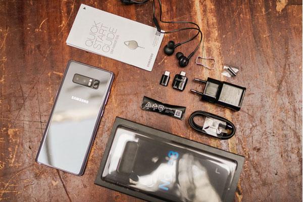 Đập hộp chiếc điện thoại tím khói này vẫn là những phụ kiện quen thuộc như trên các phiên bản khác như: củ sạc nhanh, tai nghe AKG, cáp sạc, các cổng chuyển đổi và ốp lưng bảo vệ.