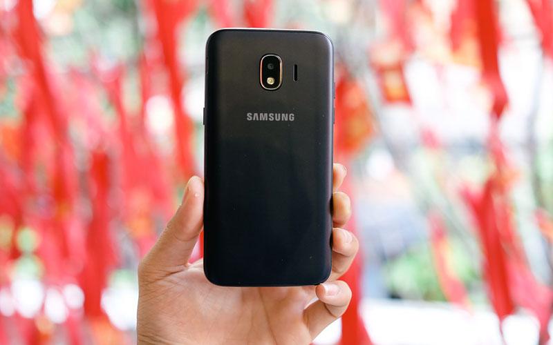 Ngoại hình khá tương đồng với J7 Pro tạo cảm giác hiện đại cho một chiếc smartphone giá rẻ