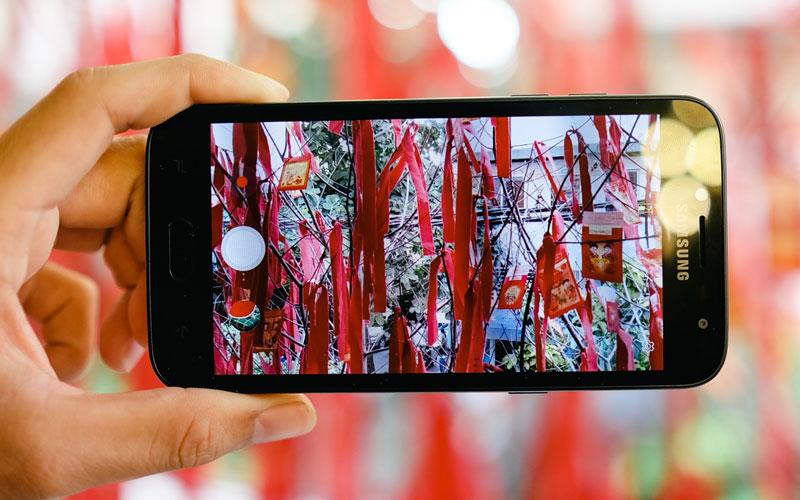 Selfie góc rộng và chụp nhanh chóng chỉ với 1 cú chạm là những điểm nổi bật của camera trước