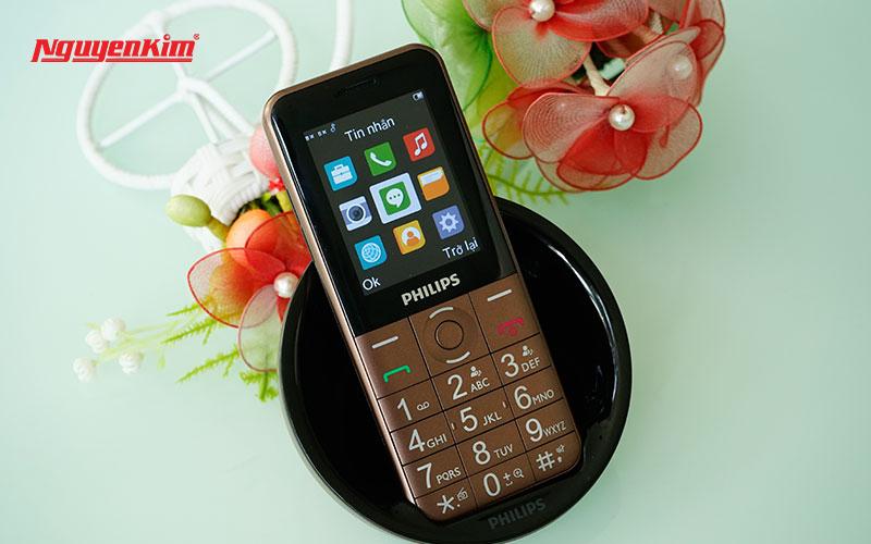 """Đế sạc không dây chỉ thấy ở những chiếc smartphone cao cấp nay đã xuất hiện trên một chiếc điện thoại """"cục gạch"""""""
