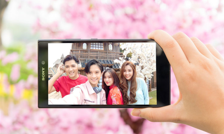 Xperia L2 còn có khả năng chụp ảnh selfie góc rộng, giúp lấy trọn khung cảnh phía sau