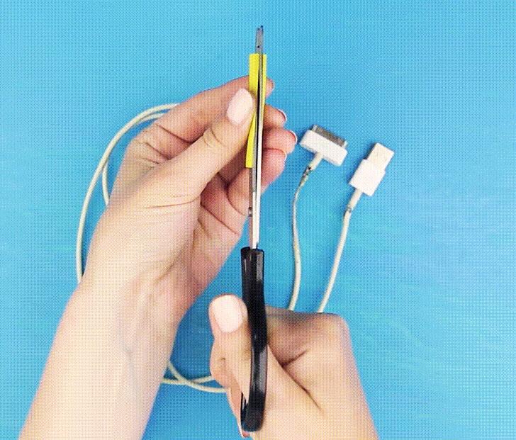 Trước hết, bạn cần một khoảng ống co nhiệt dài hơn đoạn cáp bị tróc vỏ một chút. Dùng kéo tách ống ra.