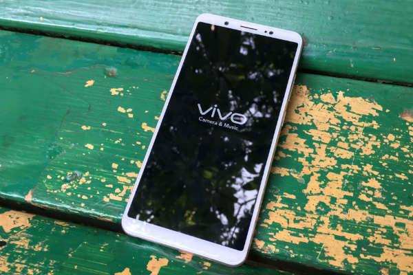 Dánh sách những chiếc điện thoại đáng sở hữu vào Tết này của bạn chắc hẳn sẽ không thể thiếu Vivo V7 Plus