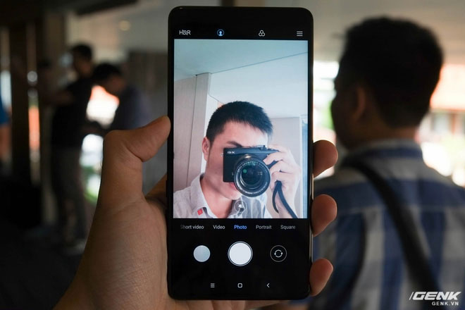 Người dùng sẽ vẫn phải xoay ngược máy nếu muốn chụp ảnh selfie