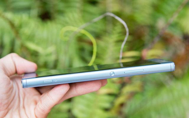 Sony cũng mang lối thiết kế OmmiBallance với hình dáng của các dòng Xperia cao cấp lên thiết bị này, trông khá đẹp mắt.