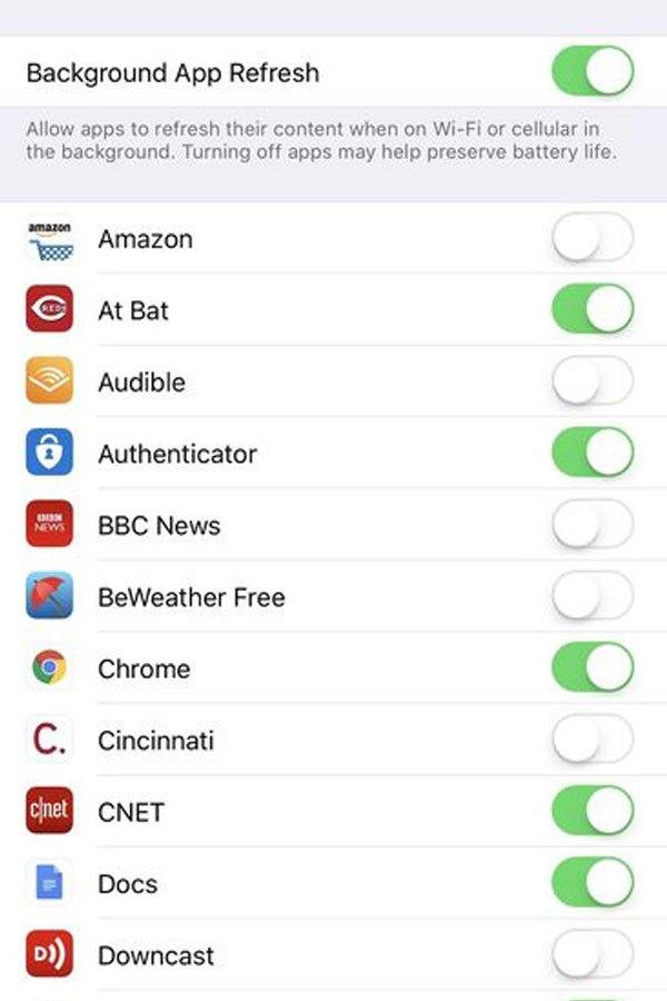 Chủ động cập nhật ứng dụng thay vì kích hoạt tính năng tự động của điện thoại để dung lượng pin được tiết kiệm đáng kểkhi cập nhật lên iOS 11
