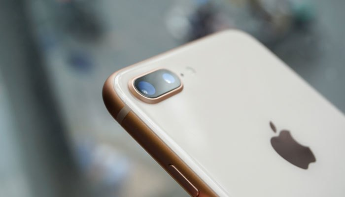 Cụm camera kép vẫn lồi lên một chút so với mặt lưng iPhone 8 Plus