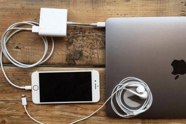Bộ Dock chuyển đổi sẽ giúp bạn kết nối giữa iPhone và MacBook trong trường hợp này