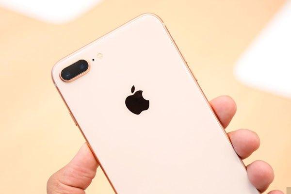 Mặc dù kiểu dáng thiết kế không đổi nhưng iPhone 8 và 8 Plus đã được thay đổi chất liệu từ nhôm sang kính ở mặt sau