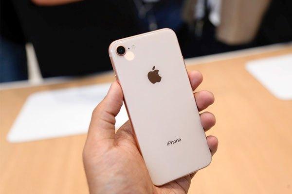 """Không chỉ iPhone 8 Plus mà """"người anh em"""" iPhone 8 cũng nhận được nâng cấp sáng giá dành cho camera sau. Cụ thể, camera sau được trang bị thêm chống rung quang học và đây chính là chiếc iPhone 4.7 inch đầu tiên sở hữu tính năng vượt trội này."""