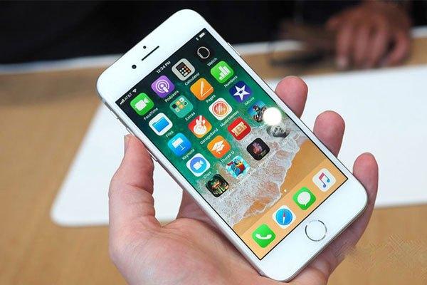 Bộ đôi iPhone 8 và iPhone 8 Plus trang bị con chip A11 Bionic mạnh tương đương iPhone X. Tuy nhiên, nó vẫn dùng màn hình kiểu truyền thống với viền dày, nút Home cảm ứng lực được giữ lại.