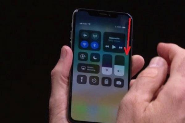 Vuốt bên cạnh phải từ trên xuống dưới iPhone X để mở Control Center