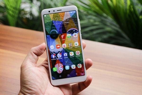 Zenfone Max Plus M1 là chiếc điện thoại đầu tiên đánh dấu thiết kế màn hình tràn viền của hãng ASUS với màn hình kích thước 5.7 inch, tỉ lệ 18:9.