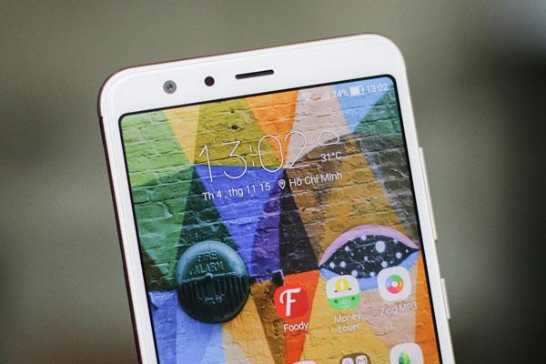 Phía trên màn hình là camera selfie 8MP, cảm biến ánh sáng và loa thoại.