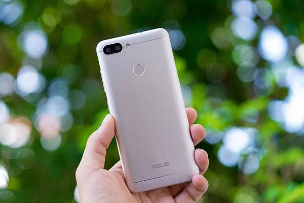 Mặt lưng của chiếc điện thoại ASUSnày được bao bọc bởi một lớp vỏ kim loại sang trọng, chắc chắn cùng những đường nét tinh tế, bóng bẩy chạy dọc mặt lưng. Điểm khác biệt so với những phiên bản trước chính là sự xuất hiện của cảm biến vân tay ở mặt sau.