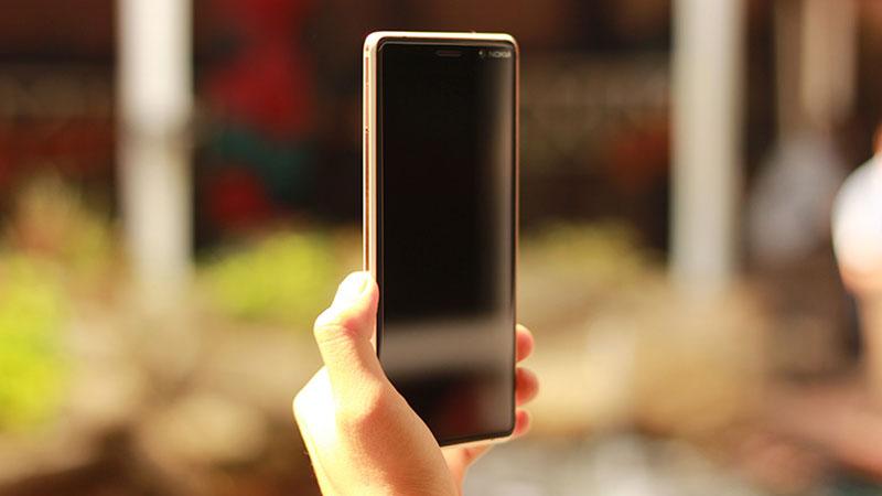 Sự liền mạch từ viền cho đến màn hình tạo sự hài hòa tổng thể cho chiếc điện thoại