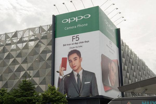 Hình ảnh quảng cáo OPPO F5 với ca sĩ Sơn Tùng M-TP cũng đã xuất hiện tại Việt Nam