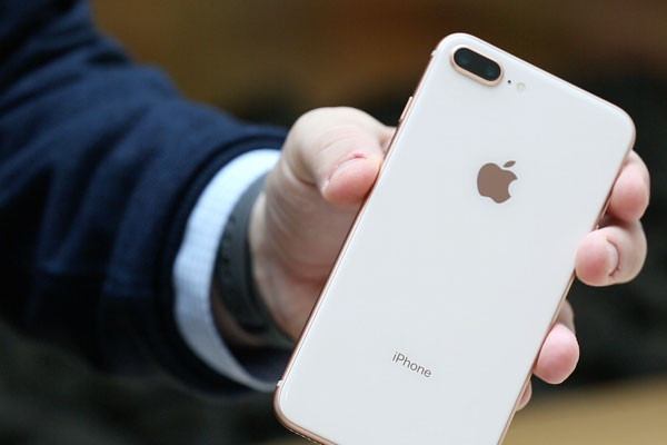 Mặt lưng bằng kính tích hợp sạc không dây tạo nên điểm nhấn khác biệt cho iPhone 8 Plus so với phiên bản trước