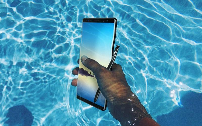 Galaxy Note 8 dễ dàng chống chọi với nước, giúp bạn thuận tiện làm việc trong nhiều điều kiện môi trường