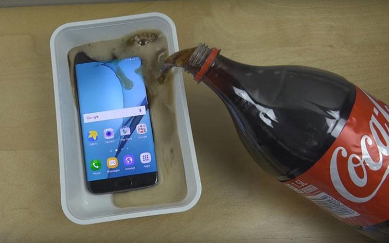 Đừng học theo những clip thử nghiệm khả năng chống nước của điện thoại rồi hối hận nhé!