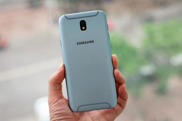 Galaxy J7 Pro là chiếc điện thoại tầm trung đầu tiên của hãng có phiên bản màu xanh và thiết kế dải ăng ten đặc biệt