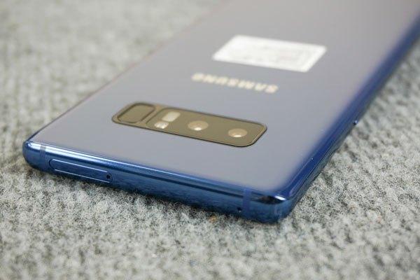 Màu xanh trên Galaxy Note 8 sâu và đậm hơn Galaxy S8