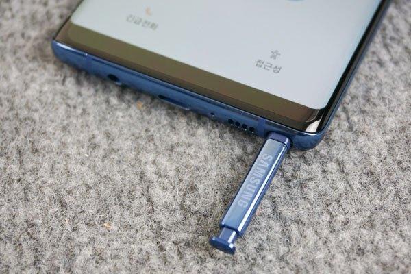 Và dĩ nhiên đi kèm Galaxy Note 8 không thể thiếu cây bút ma thuật của dòng Galaxy Note - S Pen.