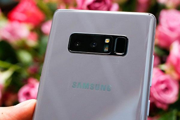 Trang bị máy ảnh trên chiếc Galaxy Note 8 này không đổi với hệ thống camera kép ở mặt sau độ phân giải 12 MP với một ống kính góc rộng và một ống kính tele chuyên chụp chân dung, giúp bạn tạo nên những tấm ảnh xóa phông không khác gì so với máy ảnh chuyên nghiệp. Camera trước với độ phân giải 8 MP cùng khả năng chụp HDR cho những tấm ảnh selfie hoàn hảo.