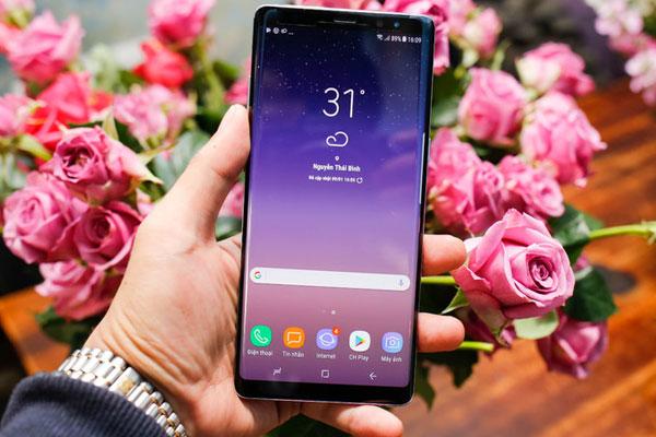 Chạy  trên nền tảng hệ điều hành Android Nougat 7.1, điện thoại Samsung được tích hợp nhiều tính năng như trợ lý ảo Bixby có thể tương tác bằng giọng nói, camera và học hỏi thói quen của người dùng, hay Samsung Pay với khả năng thanh toán điện tử thay thế thẻ từ và thẻ chip.