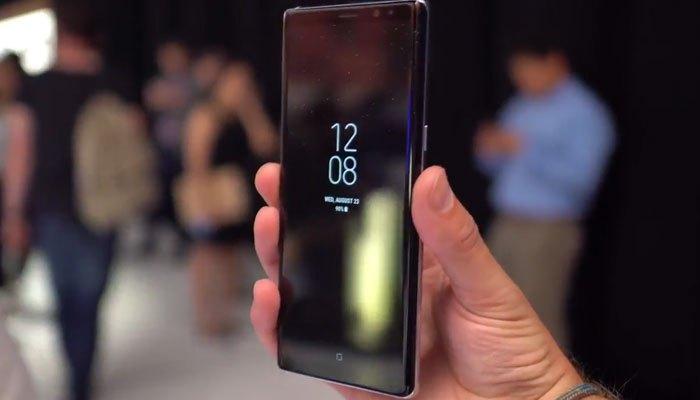 Chiếc điện thoại này vẫn sở hữu màn hình vô cực Infinity Display siêu sắc nét với tấm nền Super AMOLED