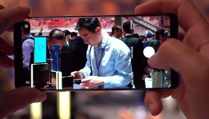 Điện thoại siêu phẩm này còn gây ấn tượng với khả năng xóa phông chủ động Live Focus