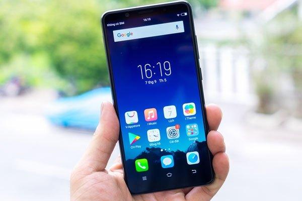 Tuy sở hữu kích thước màn hình khá lớn nhưng với thiết kế viền tối ưu như thế này, Vivo V7 Plus vẫn tạo cảm giác gọn nhẹ cho người dùng