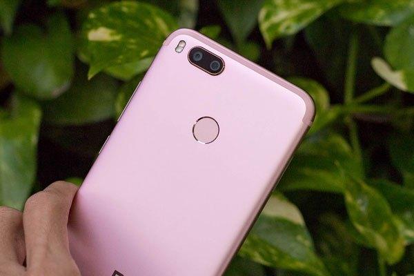 Cảm biến vân tay một chạm của Xiaomi Mi A1 nằm ở mặt lưng, ngay bên dưới cụm camera kép xu hướng, vị trí phù hợp để mở khoá bằng ngón trỏ nhưng nhiều người vẫn đánh giá là khá bất tiện trong việc sử dụng hằng ngày.