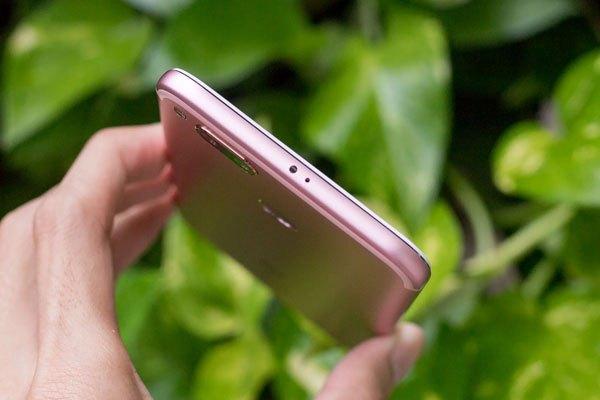 Một cảm biến Blaster IR được đặt trên đầu, Xiaomi Mi A1 hỗ trợ người dùng điều khiển các thiết bị điện tử trong gia đình tiện lợi hơn.