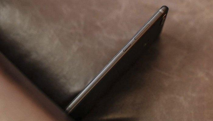 Cạnh phải Xiaomi Mi 5X là nút nguồn và nút điều chỉnh âm lượng