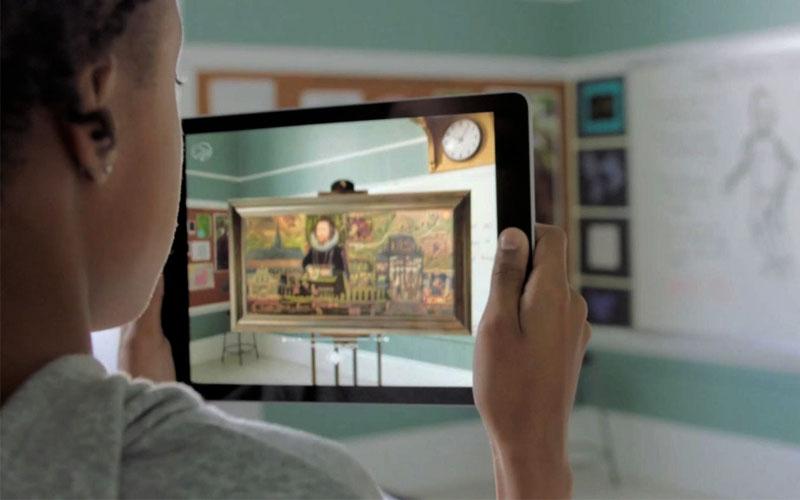 """""""Soi"""" chi tiết những bức tranh sẽ chỉ đơn giản bằng việc đặt iPad lên tầm mắt mà thôi"""