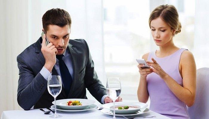 Đặt điện thoại trên bàn khi đi ăn cùng cấp trên