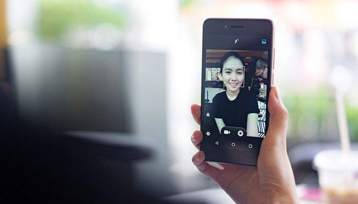 Mải mê dùng điện thoại chơi game, selfie sẽ làm chậm tiến độ công việc bạn