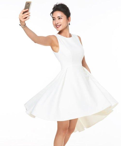 Ngô Thanh Vân chụp cùng điện thoại ASUS ZenFone 3 Max 5.5'