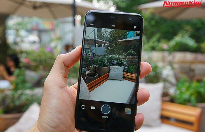 Camera trước điện thoại HTC U11 độ phân giải 16MP