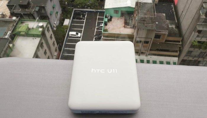 Hộp điện thoại HTC U11 đơn giản