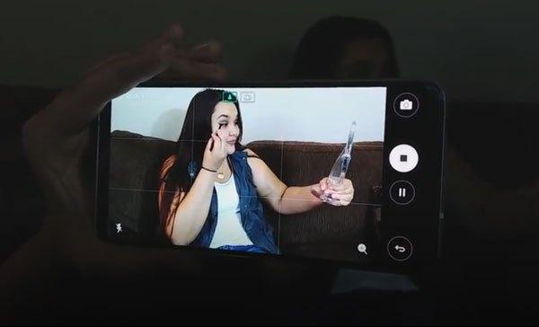 Camera của điện thoại LG V30 còn có giao diện đặc biệt, cho phép người dùng chỉnh tay được cả khi chụp ảnh lẫn quay video