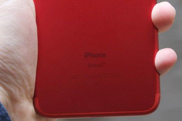 Dưới chữ iPhone là logo (PRODUCT)RED