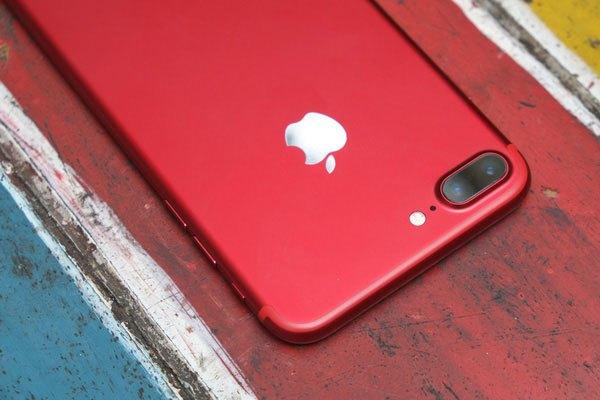 Logo quả táo của chiếc điện thoại iPhone 7 Plus màu đỏ ánh màu bạc