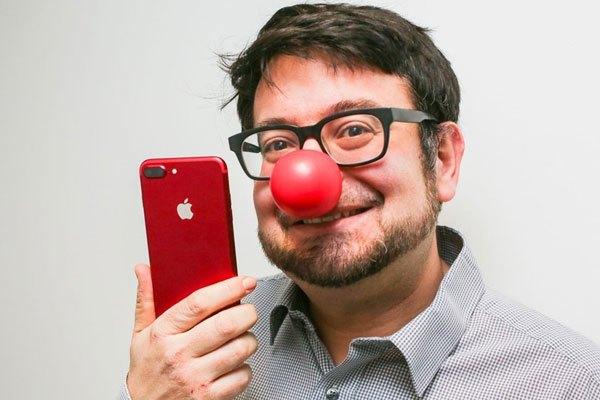 Nam cũng có thể sử dụng được chiếc điện thoại iPhone 7 Plus màu đỏ
