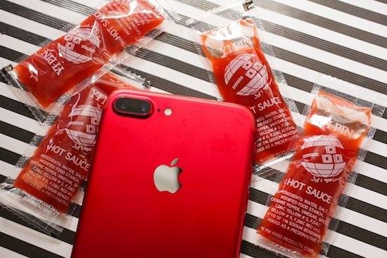 Tương ớt cũng phải chào thua với iPhone 7 màu đỏ