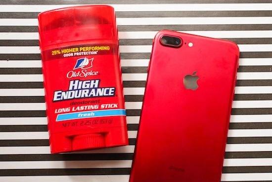 """Một chín một mười là đây. Đặt cạnh lăn khử mùi huyền thoại Old Spice, iPhone 7 vẫn đẹp """"khuynh quốc khuynh thành"""""""