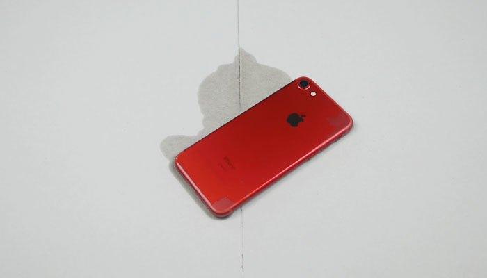 Tưới xăng lên iPhone 7 màu đỏ
