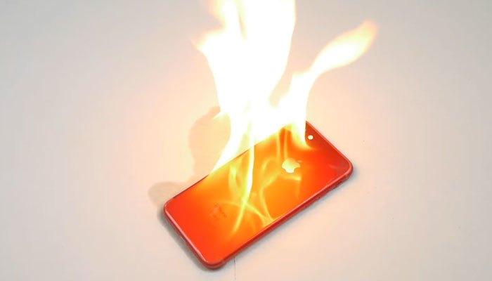 Thí nghiệm đốt iPhone 7 màu đỏ