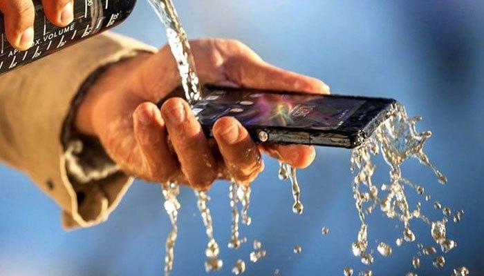 """Điện thoại chống nước là sự chọn lựa thích hợp để phượt thủ """"lăn xả"""" trong mỗi chuyến đi"""